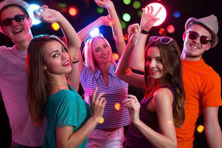 파티에서 행복 젊은 사람들의 그룹