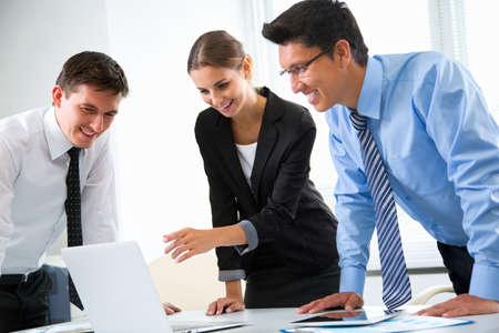 La gente de negocios que trabajan con ordenador portátil en una oficina Foto de archivo - 74804852