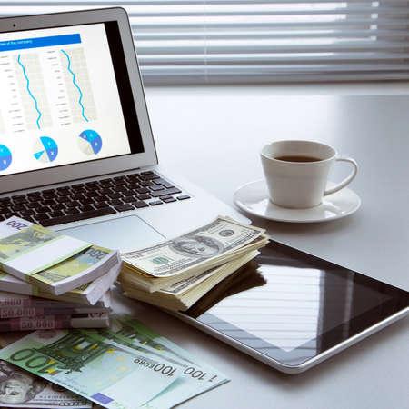 ビジネスの方々 の職場。ノート パソコンとお金