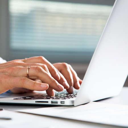 Laptpp で男性の手を入力のクローズ アップ画像