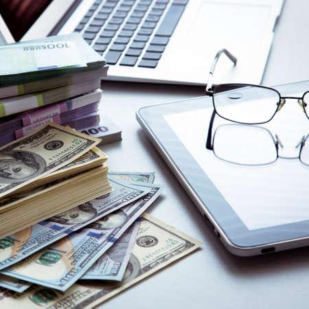 사업 사람들의 직장. 노트북과 돈입니다.