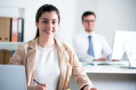 사무실에서 노트북과 젊은 비즈니스 여자 스톡 콘텐츠
