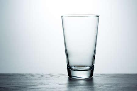 Leeg glas op de tafel Stockfoto
