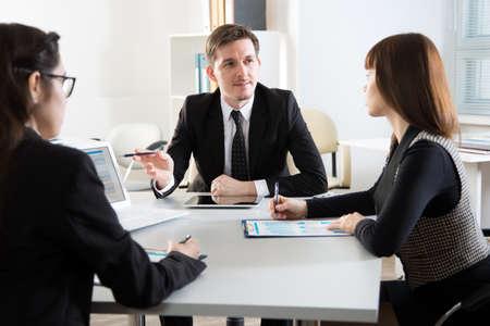 Los empresarios discuten un nuevo proyecto en la oficina.