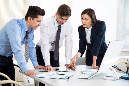 Gens d'affaires travaillant ensemble dans le bureau moderne