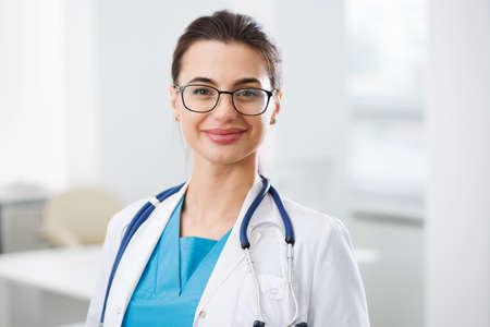 Portret młodej lekarki w klinice