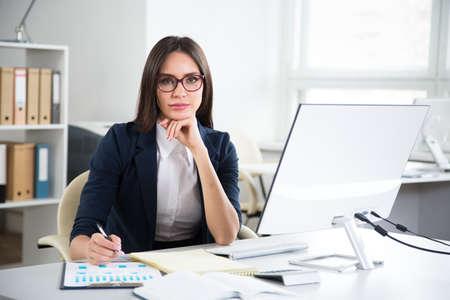 Portrait de femme d'affaires travaillant avec un ordinateur dans un bureau