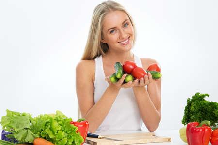 Jonge lachende mooie vrouw met groenten