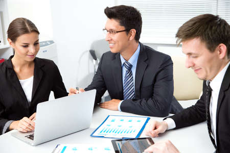 Biznesmen opowiada kolegom o nowym projekcie biznesowym