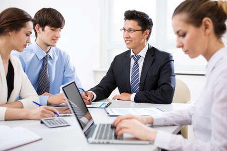 Geschäftsleute, die Treffen im modernen Büro haben Standard-Bild