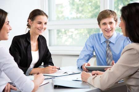 Los empresarios discuten un nuevo proyecto en la oficina. Foto de archivo
