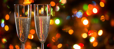 Champagne glasses on the background of Christmas lights Stockfoto