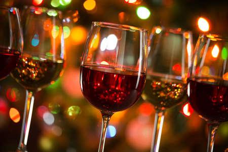 Kristallgläser Wein auf dem Hintergrund der Weihnachtsbeleuchtung
