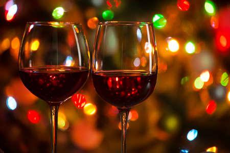 Kryształowe kieliszki wina na tle lampek choinkowych