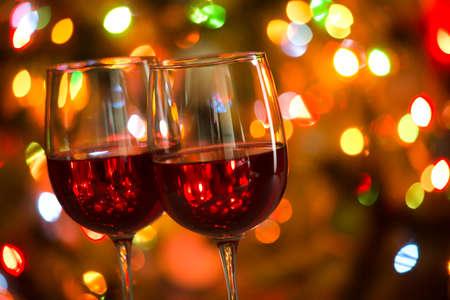 Copas de vino de cristal en el fondo de las luces de Navidad Foto de archivo