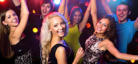 Młodzi ludzie zabawy tańczą na imprezie.