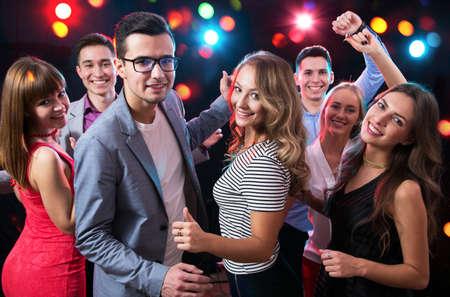 Grupo de jóvenes felices divirtiéndose bailando en la fiesta.