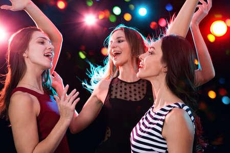 Glückliche schöne Mädchen haben Spaß auf einer Weihnachtsfeier