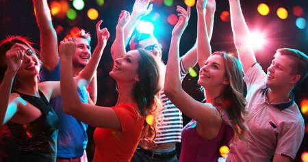 Gruppo di giovani felici che si divertono a ballare alla festa.