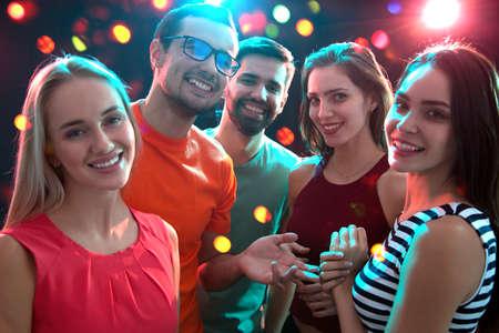 Groep gelukkige jonge mensen die plezier hebben op feestje. Stockfoto