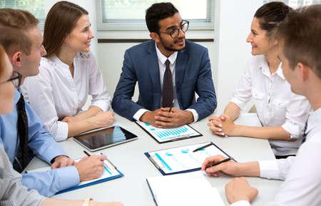 El equipo de negocios internacionales discute un nuevo proyecto en la oficina.