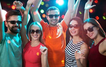 Groep gelukkige jonge mensen die plezier hebben op feestje.