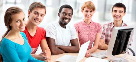 Grupo internacional de estudiantes que estudian juntos en una universidad.