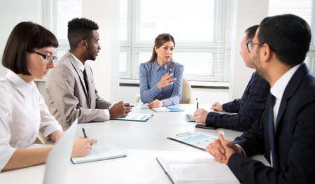 Une femme d'affaires explique à ses collègues un nouveau projet dans le bureau moderne Banque d'images