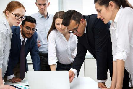 Internationales Business-Team bespricht ein neues Projekt im Büro Standard-Bild
