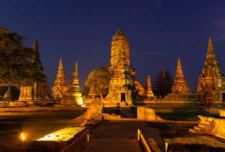 Nachtzicht, schemering in Wat Chaiwatthanaram is een boeddhistische tempel in de stad Ayutthaya Historical Park, oude en beroemde archeologische vindplaatsen, is een van de bekendste bezienswaardigheden in Ayutthaya, in de buurt van Bangkok, Thailand, zomervakantie, reisconcept.