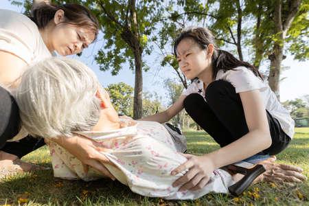 Mujer mayor asiática enferma desmayo, síncope, mareo crónico, inconsciente cayó al suelo sufre síncope cardíaco, anciana con hipotensión postural, presión arterial baja, golpe de calor, problema de salud