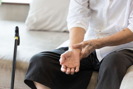 Old elderly people with wrist injury,bone pain in wrist,numbness or beriberi,asian senior woman suffering from De quervain's disease,weakness in hand,concept of arthritis,arthritic nerve,tendonitis Stockfoto