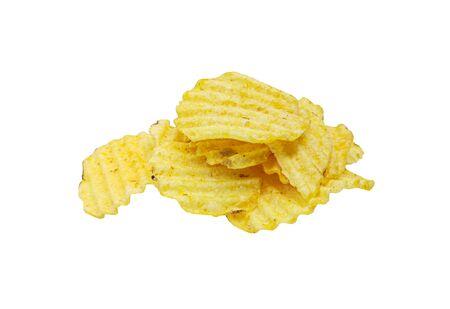Croustilles croustillantes isolées sur fond blanc. Tranches de pommes de terre frites savoureuses en gros plan Banque d'images