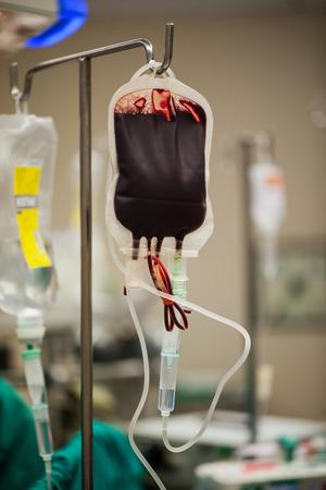grupo de médicos: La transfusión de sangre a un paciente en el hospital