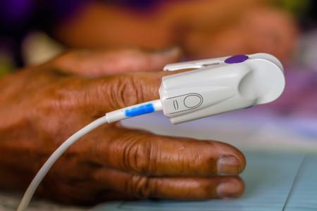 El paciente con sensor de saturación de oxígeno.