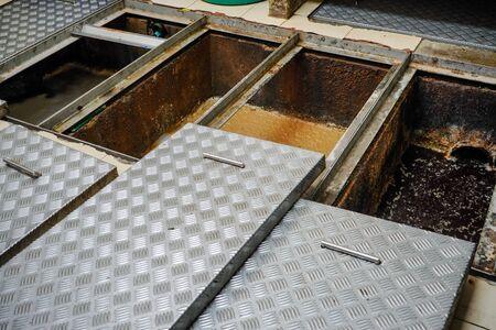 Trampa de grasa, estanques de tratamiento de aguas residuales, procedimientos de eliminación de aguas residuales Foto de archivo