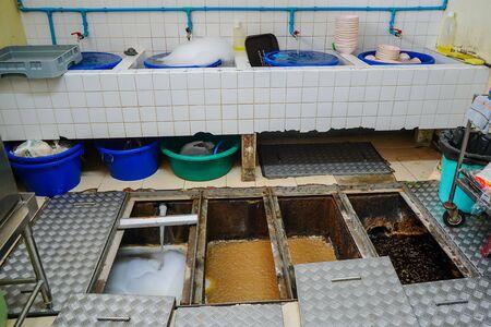 Trampa de grasa, estanques de tratamiento de eliminación de desechos, procedimientos de eliminación de aguas residuales Foto de archivo