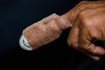 Injured a painful finger with a bandage Stockfoto