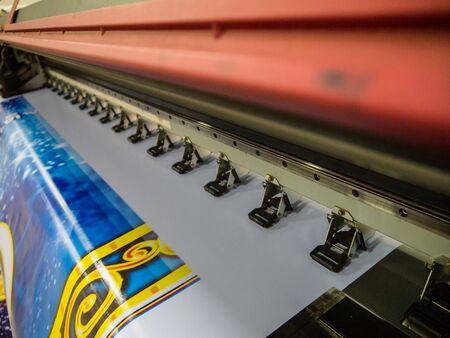 Máquina de impresión de gran formato en funcionamiento. Industria Foto de archivo