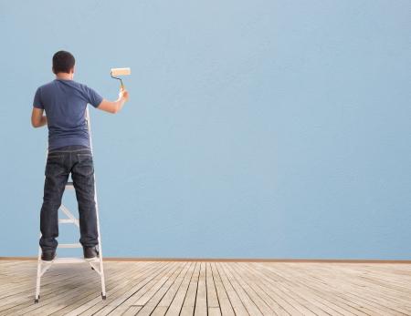 hombre pintando: Hombre pintura en la pared azul, concepto e ideas
