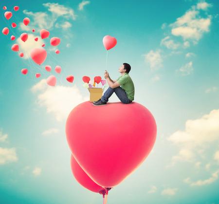 love card: Hombre con los globos del coraz�n, fondo D�a de San Valent�n