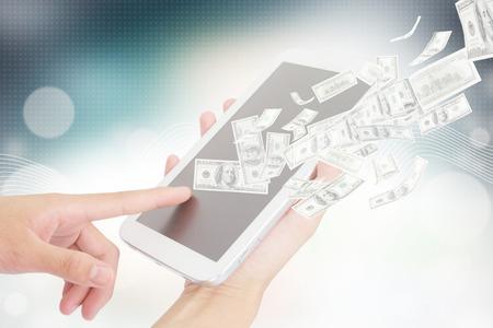 여 디지털 타블렛, 기술, 인터넷 개념, E-뱅킹을 사용하여 비지니스는 수익을 창출 온라인 더 많은 텍스트 및 아이디어를 추가