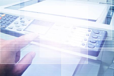 Main appuyant sur Photocopieuse, Concept pour travail de bureau, Digital Business