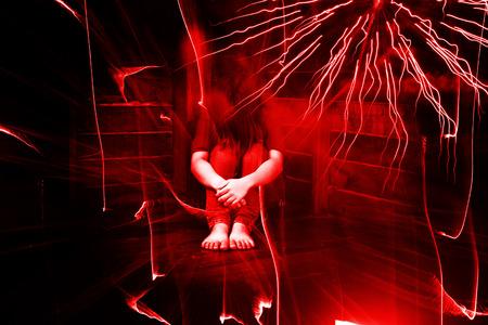 Sitzen Angst oder Betonte Frau im dunklen Raum Surround mit dem Geist, Geist in Haunted House Standard-Bild - 48560725