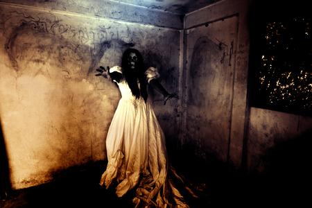 venganza: Noche de la venganza, Ghost en la casa encantada, Misteriosa mujer en pie vestido de blanco en el abandono del edificio, Horror Fondo para el concepto de Halloween y Cubierta del libro Ideas Foto de archivo