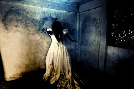 venganza: La noche de los Revenge Parte 2, Fantasma en la casa encantada, Misteriosa mujer en pie vestido de blanco en el abandono del edificio, Horror Fondo para el concepto de Halloween y Cubierta del libro Ideas