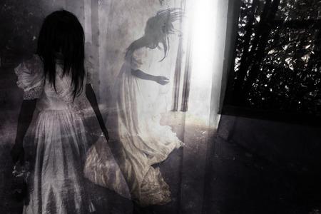 Peur Nuit, Ghost in Haunted House, Mysterious Woman in White Dress permanent dans Abandon du bâtiment, Horreur Contexte Pour Idées Halloween Concept et Couverture de livre Banque d'images