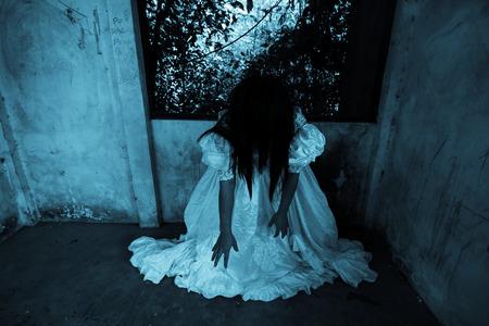 ハロウィーン概念のカバーの本のアイデア放棄建物、ホラー背景の白いドレス
