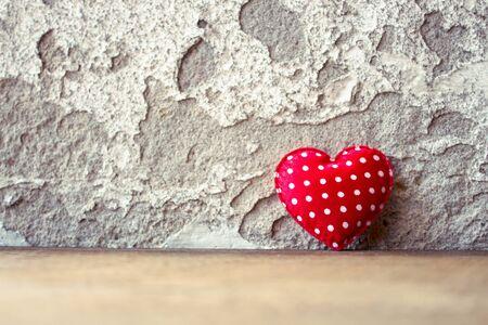 saint valentin coeur: Coeur rouge sur le plancher en bois avec fond Retro mur, Concept d'Amour, Saint Valentin Fond Banque d'images