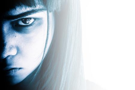Portrait de jeune fille effrayant à regarder les caméras, femme agressive avec des yeux effrayants, Horreur arrière-plan pour Halloween Concept et réserver couverture idées